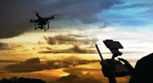 « L'École des têtes en l'air » est une enseigne de télé-pilotage de drones civils.